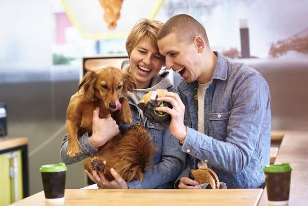 Jong koppel met hond met fastfood lunch