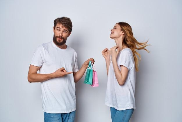Jong koppel met kleurrijke tassen vakantie geschenken vriendschap