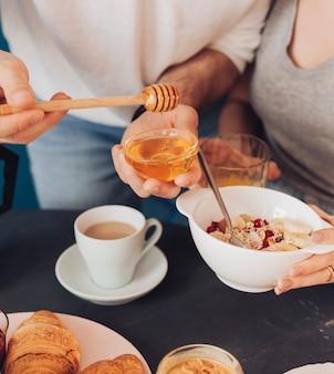 Jong koppel met ontbijt