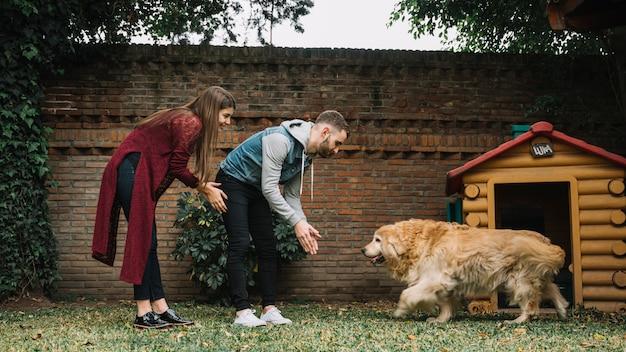 Jong koppel met schattige hond
