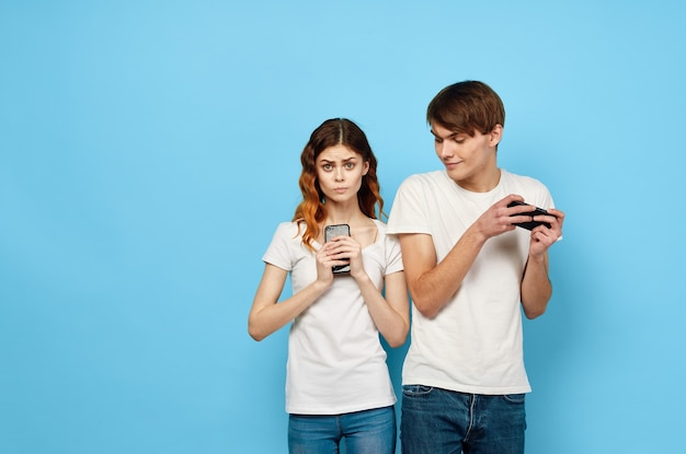 Jong koppel met telefoons in handen communicatietechnologie verhogen