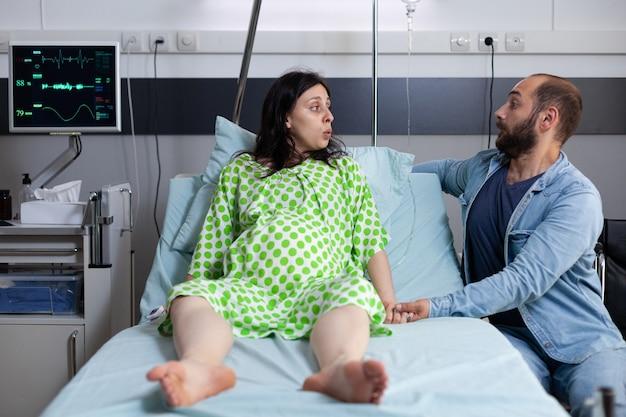 Jong koppel met zwangerschap die zich voorbereidt op de bevalling van het kind