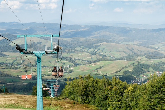 Jong koppel naar beneden op skilift
