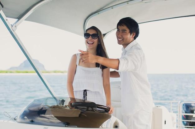 Jong koppel navigeren op een jacht in de indische oceaan