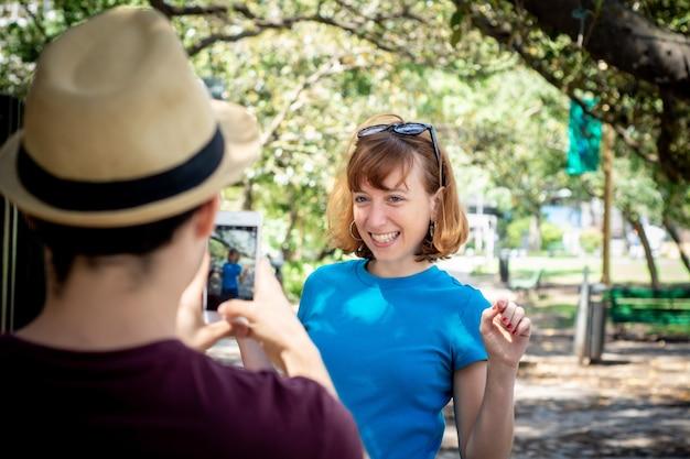 Jong koppel nemen foto met smartphone camera.