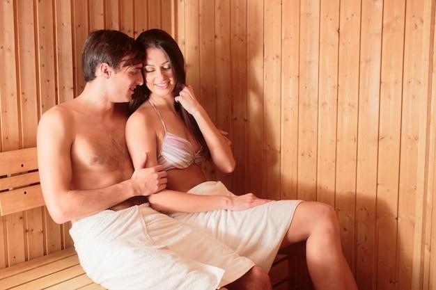 Jong koppel ontspannen in de sauna