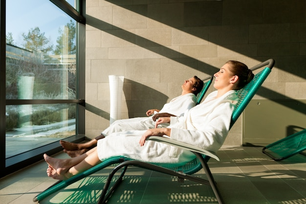 Jong koppel ontspannen in wellness spa