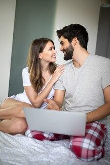 Jong koppel ontspannen met laptop thuis. liefde, geluk, mensen en leuk concept.