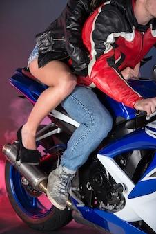 Jong koppel op een motorfiets