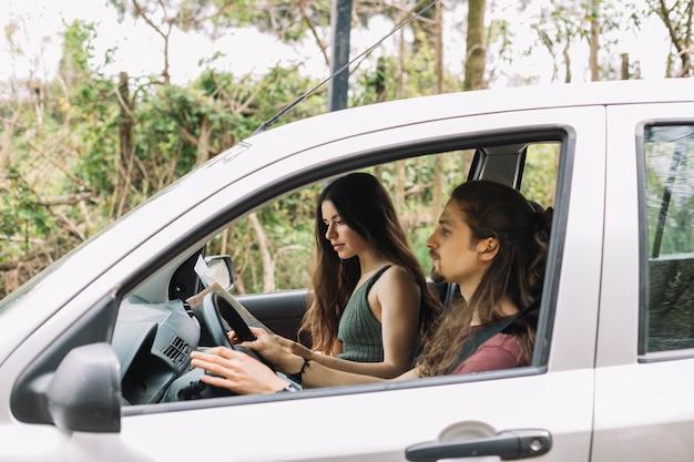 Jong koppel op een reis in een auto