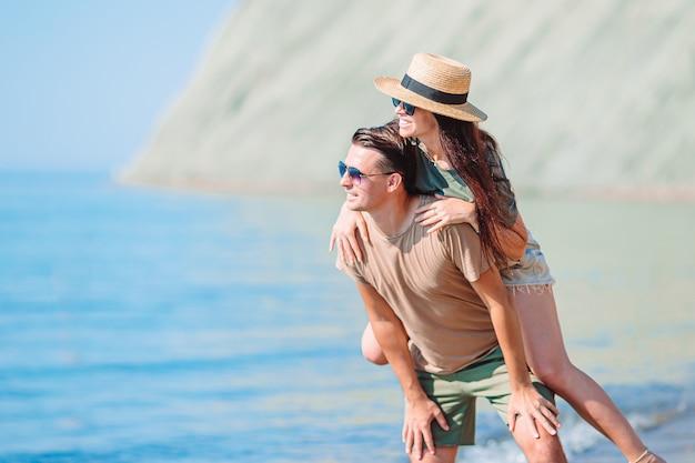 Jong koppel op het strand tijdens de zomervakantie