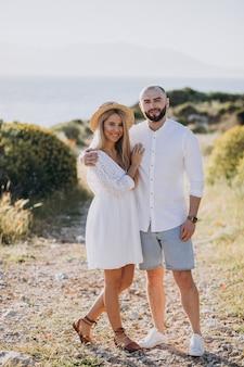 Jong koppel op huwelijksreis in griekenland door de zee