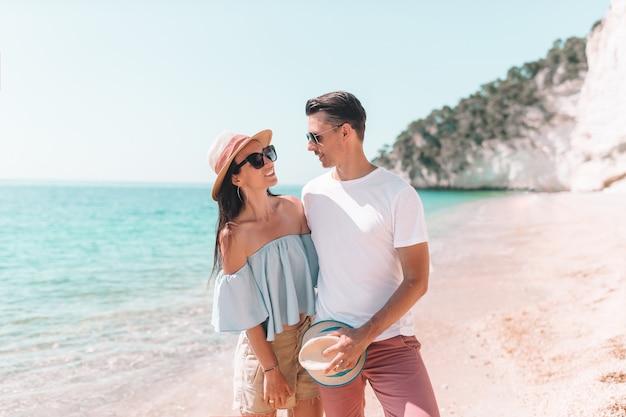 Jong koppel op wit strand bij zomervakantie