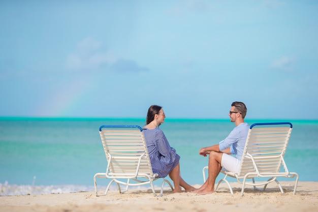 Jong koppel op wit strand tijdens de zomervakantie, gelukkige familie genieten van hun huwelijksreis