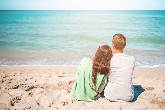 Jong koppel op wit strand tijdens de zomervakantie.