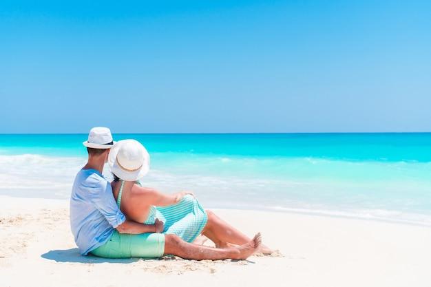 Jong koppel op wit strand tijdens zomervakantie. gelukkige geliefden genieten van hun huwelijksreis