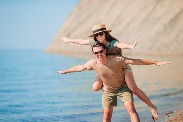Jong koppel op wit strand tijdens zomervakantie.