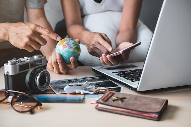 Jong koppel planning vakantie reis en zoeken naar informatie of boeking hotel op een slimme telefoon