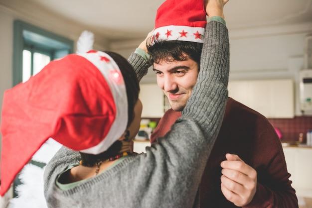 Jong koppel plezier samen tijdens kersttijd
