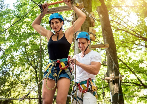 Jong koppel plezier tijd in touw avonturenpark