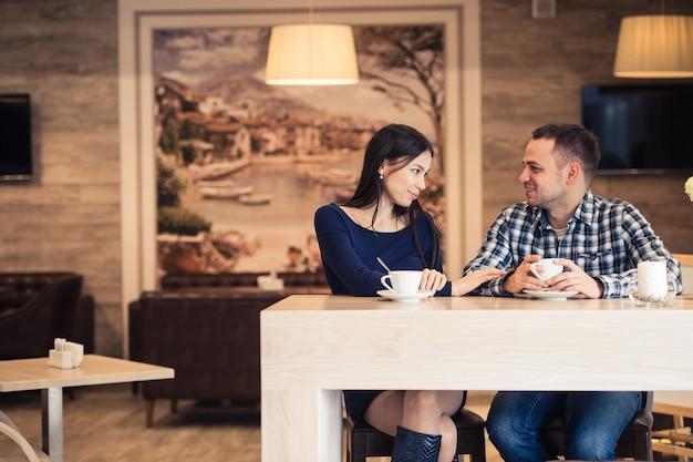 Jong koppel praten in coffeeshop