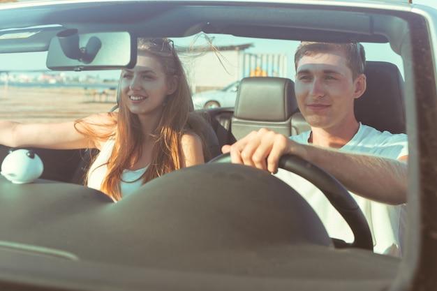 Jong koppel reizen met de auto
