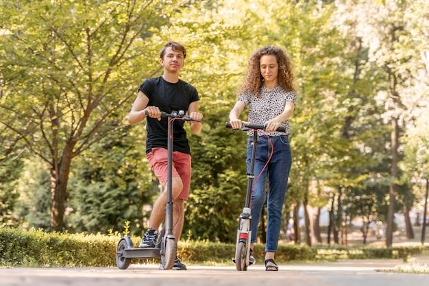 Jong koppel rijden scooters buitenshuis