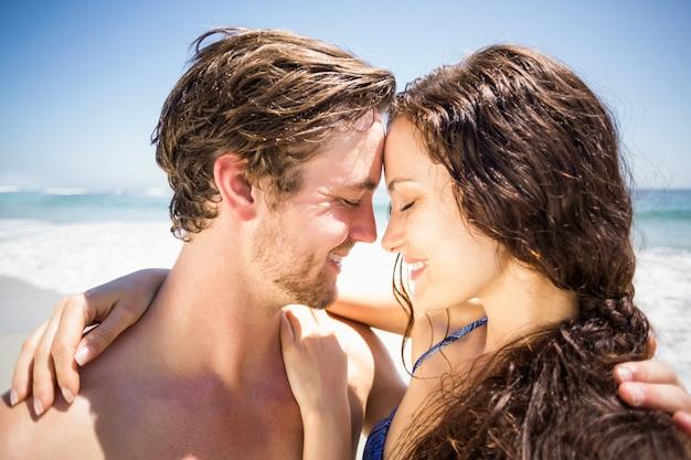 Jong koppel romancing op het strand