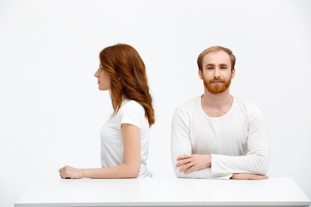 Jong koppel roodharige man en vrouw zitten