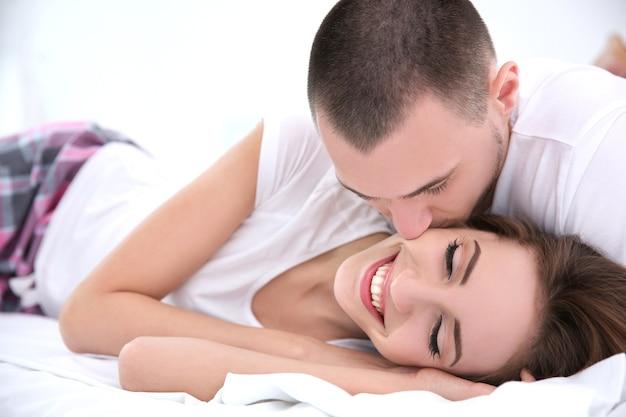 Jong koppel samen in bed liggen