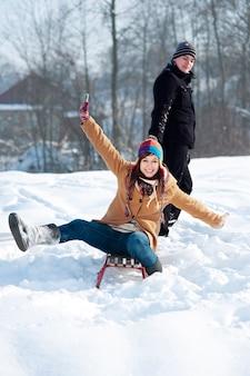 Jong koppel samen in de sneeuw