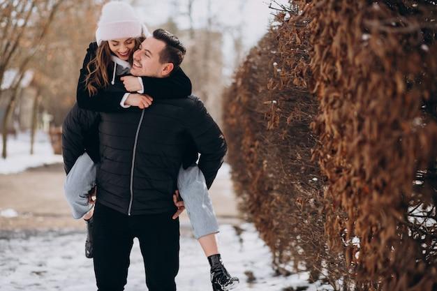 Jong koppel samen in een winter park op valentijnsdag