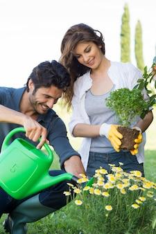 Jong koppel samen tuinieren