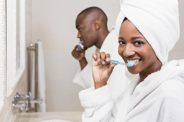 Jong koppel tanden poetsen