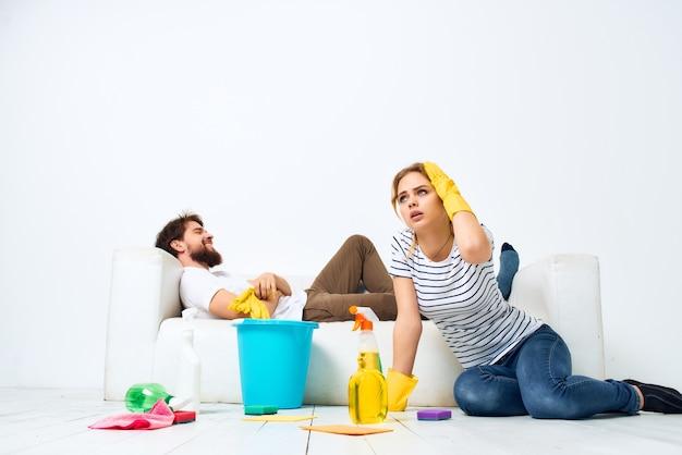 Jong koppel thuis schoonmaakmiddel hygiëne. hoge kwaliteit foto