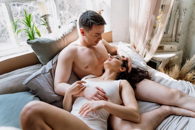 Jong koppel tijd doorbrengen in hun prachtige landelijke huis. romantische lifestyle-momenten