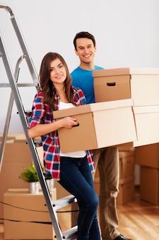 Jong koppel tijdens het verhuizen in huis