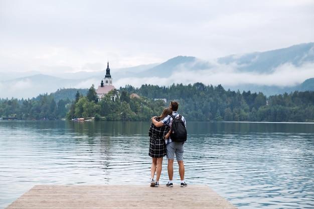 Jong koppel toeristen verliefd op het meer van bled slovenië herfsttijd in europa