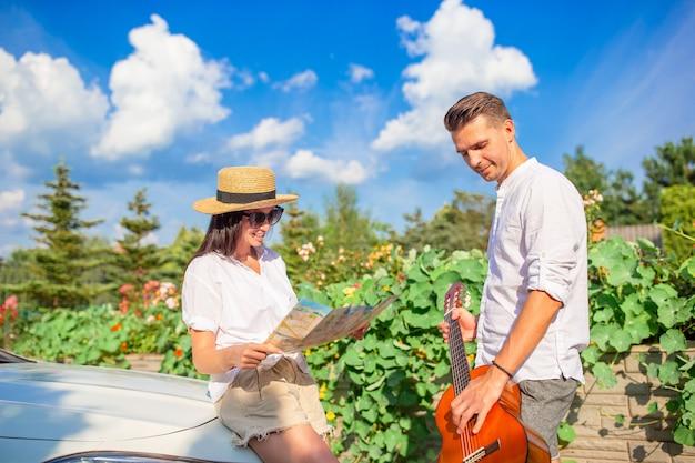 Jong koppel toeristische genieten op zomervakantie