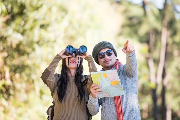 Jong koppel toeristische reizen in bergbos