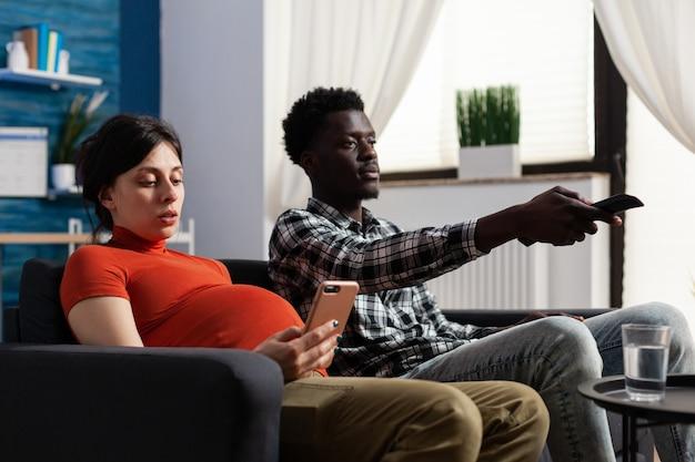 Jong koppel tussen verschillende rassen verwacht thuis kind