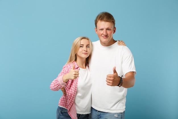 Jong koppel twee vrienden jongen meisje in wit roze lege lege ontwerp t-shirts poseren