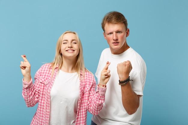 Jong koppel twee vrienden man en vrouw in wit roze t-shirts poseren