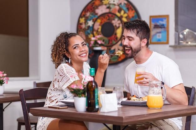 Jong koppel van geliefden dineren in het restaurant.