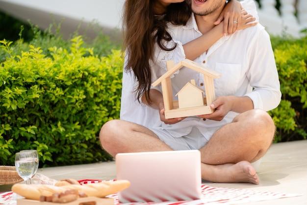 Jong koppel van plan om een huis concept te kopen.