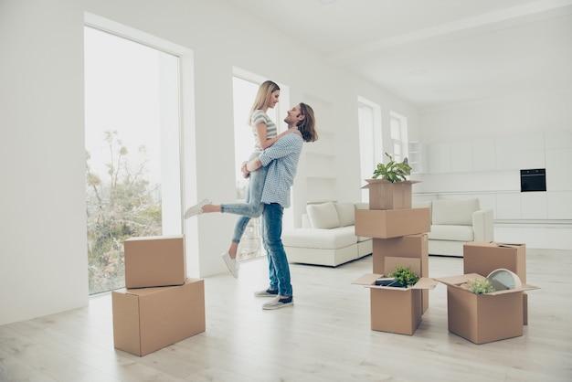 Jong koppel verhuizen naar een nieuw huis