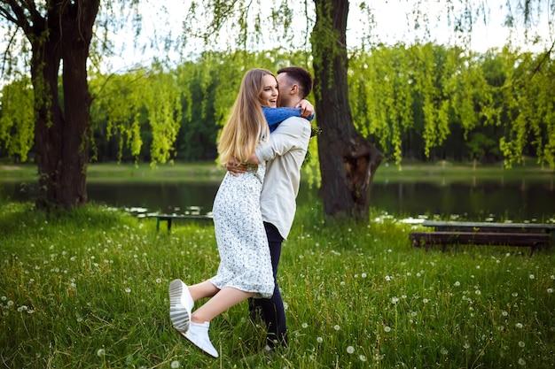 Jong koppel verliefd buiten. prachtig sensueel buiten portret van jonge stijlvolle mode paar poseren in de zomer