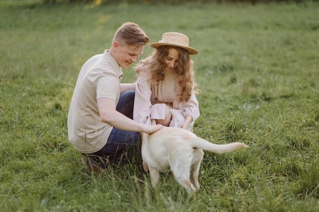 Jong koppel verliefd buiten. prachtige sensuele buiten portret van jonge stijlvolle mode paar poseren in de zomer in veld