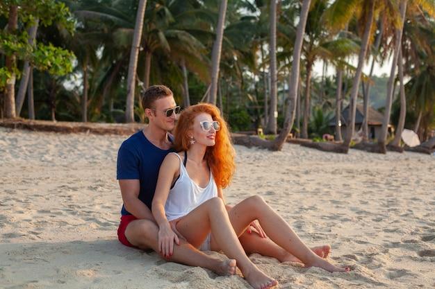 Jong koppel verliefd gelukkig op zomer strand samen plezier
