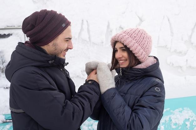 Jong koppel verliefd hand in hand buiten in de winter